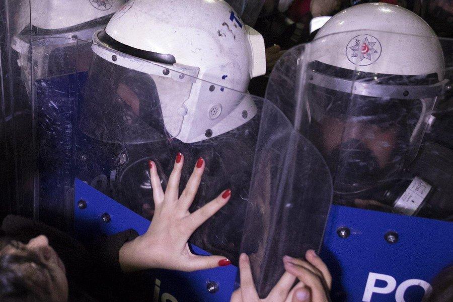 5abf0f211523 Η στιγμή που η Τουρκική αστυνομία ρίχνει πλαστικές σφαίρες και δακρυγόνα  στην πορεία των γυναικών στην Κωσταντινούπολη (video)